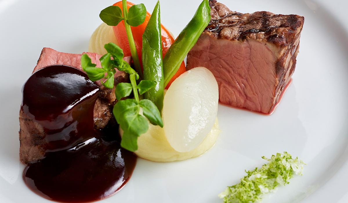 牛ロース肉のグリル 赤ワインソースとライム塩