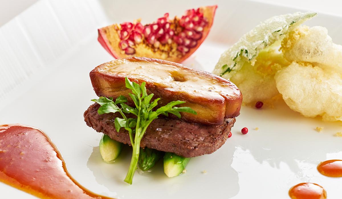 和牛ステーキ フォアグラのせ 朝天ソース 野菜のフリット ザクロ添え